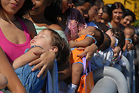 Mais de mil mães, parte delas doadoras do banco de leite da Santa Casa de Misericórdia do Pará, se reuniram nesta manhã para simbolicamente mostrar a importância da amamentação e abriram oficialmente o X encontro Nacional do aleitamento materno a beira da baiá do Guajará.<br /> 20/05/2008<br /> Belém Pará Brasil<br /> Foto Paulo Santos.