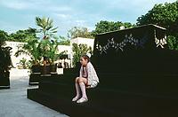 UNGARN, 14.07.1989<br /> Budapest - VIII. Bezirk<br /> Staatsbegraebnis von Janos Kadar (korrekt: János Kádár), Generalsekretaer der Kommunistischen Partei MSZMP auf dem Kerepesi Nationalfriedhof. Aufraeumen am Kommunistischen Pantheon, Maedchen am Podest des Sarges.<br /> State funeral of Communist Party (MSZMP) General Secretary Janos Kadar who died on July 6. Tidying up under way at the Kerepesi national cemetery's communist pantheon. Girl at the coffin's pedestal.<br /> © Martin Fejer/EST&OST