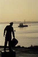 """Europe/Pays-Bas/Hollande/Yerseke : Le port myticole de Yerseke - Statue du """"Pêcheur de moules"""" sur le port"""