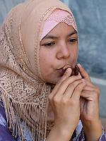 Mädchen musiziert mit Tonpfeife, Samarkand, Usbekistan, Asien<br /> girl making music with clay pipe, Samarkand, Uzbekistan, Asia