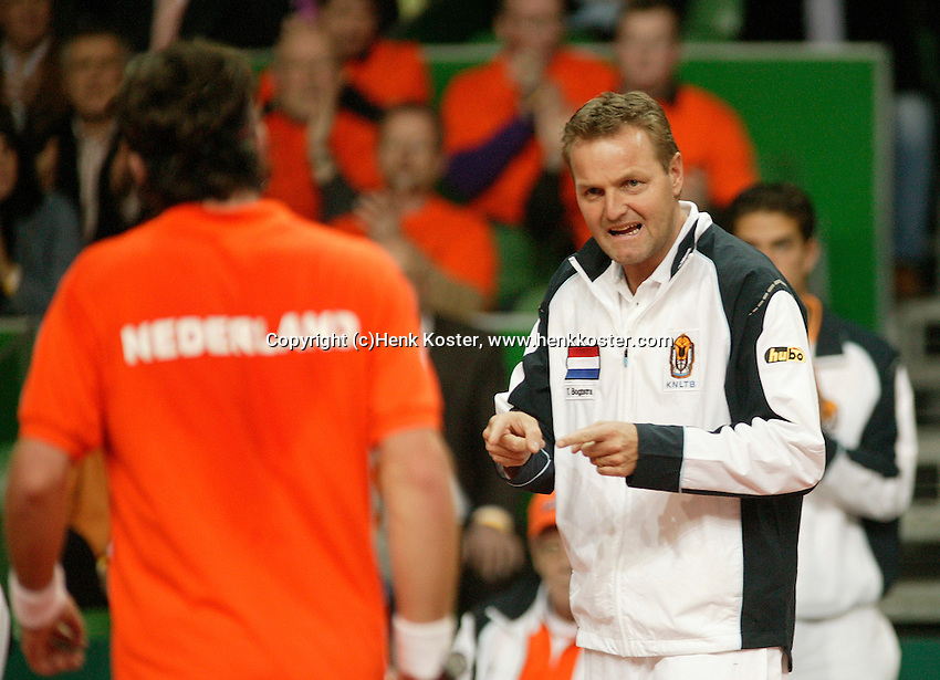 10-2-06, Netherlands, tennis, Amsterdam, Daviscup.Netherlands Russia, Dutch captain Tjerk Bogtstra supports Raemon Sluiter in his match against Dmitry Tursonov