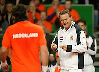 10-2-06, Netherlands, tennis, Amsterdam, Daviscup.Netherlands Russia, Dutch captain Tjerk Bogtstra supports Raemon Sluiter in his match against Dmitry Tursonov