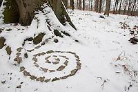 Naturkunst im Winter, Kind, Kinder legt aus Rindenstückchen eine Spirale in den Schnee, Spiralen