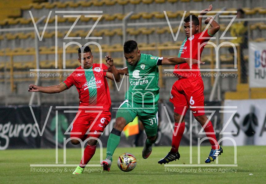 BOGOTÁ -COLOMBIA, 21-NOVIEMBRE-2015. Diego Valoyes (Centro) de La Equidad disputa el balón con Jhon Varela ( Izq) y Julio Chavez del Cortuluá durante la  última fecha de la liga Aguila 2015-II jugado en el estadio  de Techo en la ciudad de Bogotá, / Diego Valoyes (Center)  of Equidad  fights for the ball with Jhon Varela (L) and Julio Chavez (R) of  the Cortuluá during the last date of the league Aguila 2015-II played in the stadium roof in the city of Bogota .Photo: VizzorImage / Felipe Caicedo / Staff