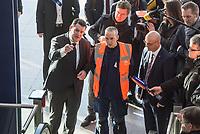 Bundesarbeitsminister Hubertus Heil, Deutsche Bahn-Personalvorstand Martin Seiler und das Vorstandsmitglied der Bundesagentur fuer Arbeit Daniel Terzenbach besuchten am Montag den 20. Januar 2020 im Berliner Ostbahnhof vormals Langzeitarbeitslose, die im Rahmen des Teilhabechancengesetzes von der Deutschen Bahn eingestellt wurden. Die neuen DB-Mitarbeiter, haben nach einer erfolgreichen Einstiegsqualifizierung nun im Rahmen des Programms bei der Deutschen Bahn die Chance auf eine dauerhafte Beschaeftigung.<br /> Im Bild: Eine Servicekraft erklaert Hubertus Heil (links) und Martin Seiler (rechts) seine Arbeit.<br /> 20.1.2020, Berlin<br /> Copyright: Christian-Ditsch.de<br /> [Inhaltsveraendernde Manipulation des Fotos nur nach ausdruecklicher Genehmigung des Fotografen. Vereinbarungen ueber Abtretung von Persoenlichkeitsrechten/Model Release der abgebildeten Person/Personen liegen nicht vor. NO MODEL RELEASE! Nur fuer Redaktionelle Zwecke. Don't publish without copyright Christian-Ditsch.de, Veroeffentlichung nur mit Fotografennennung, sowie gegen Honorar, MwSt. und Beleg. Konto: I N G - D i B a, IBAN DE58500105175400192269, BIC INGDDEFFXXX, Kontakt: post@christian-ditsch.de<br /> Bei der Bearbeitung der Dateiinformationen darf die Urheberkennzeichnung in den EXIF- und  IPTC-Daten nicht entfernt werden, diese sind in digitalen Medien nach §95c UrhG rechtlich geschuetzt. Der Urhebervermerk wird gemaess §13 UrhG verlangt.]