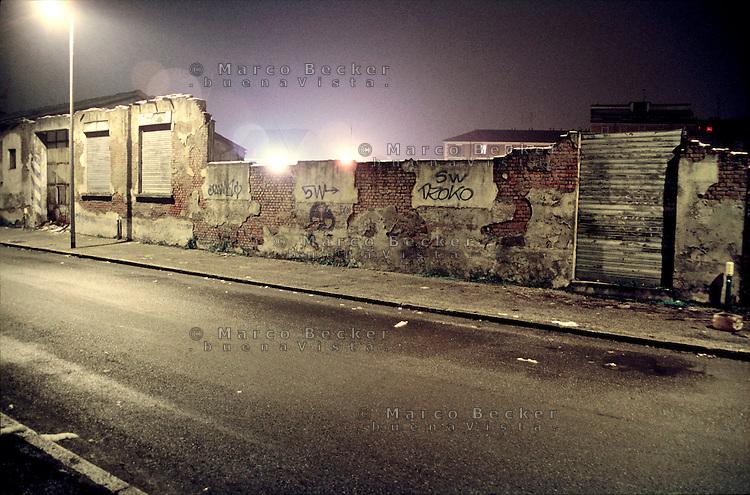 Milano, quartiere Bovisa, periferia nord. Via Bellagio, strada in stato di degrado che passa lungo vecchie fabbriche in disuso --- Milan, Bovisa district, north periphery. Bellagio street, a road in a state of decay that runs along old disused factories