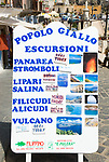 ITA, Italien, Sizilien, Liparischen Inseln, Hauptinsel Lipari, Lipari-Stadt: Hinweisschild wirbt fuer Ausflugsfahrten zu den Schwesterinseln | ITA, Italy, Sicily, Aeolian Islands or Lipari Islands, main island Lipari, Lipari-town: sign for excursion boat trips to the other Aeolian Islands