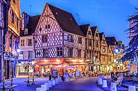 France, Cher (18), Bourges, les maisons à pans de bois de la Place Gordaine le soir // France, Cher, Bourges, Gordaine square at night