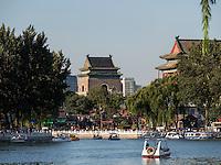 Glockenturm und Trommelturm am See Qian Hai, Peking, China, Asien<br /> Qian Hai lake with drumtower and belltower, Beijing, China, Asia