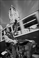 Europe/France/Nord-Pas-de-Calais/59/ Nord/ Bergues: Lors de l'enterrement d'une vie de garçon devant le tram du Ch'ti tour et le beffroi. - Beffroi inscrit au Patrimoine Mondial UNESCO