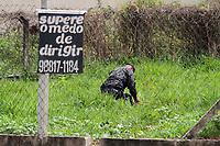 CAMPINAS, SP 02.02.2018-POLICIA-O Grupo de Ações Táticas Especiais (GATE) da Polícia Militar desativou na tarde desta sexta-feira (02) em Campinas (SP) uma bomba que estava em um caixa eletronico dentro de um comercio na rua Jose Arnoldo Ambiel, no bairro Sao Domingos. A bomba foi desativada em um terreno proximo. (Foto: Denny Cesare/Codigo19)