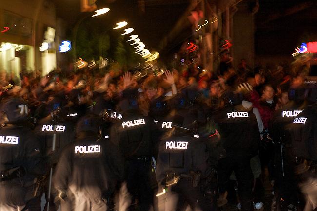 1. Mai 2011 in Berlin-Kreuzberg<br />Im Bild: Neugierige, Schaulustige und Gaffer werden am Kottbusser Tor von Bundespolizei und Berliner Polizei mit Pefferspray und Fausschlaegen bedraengt. Unter den Schaulustigen sind etliche Polizeibeamte als Autonome verkleidet. Sie wurden wie alle anderen Personen in dem Bereich behandelt und von den uniformierten Beamten mit Pfefferspray beschossen, geschlagen und verletzt. Die Zivilbeamten haben  Anzeige wegen Koerperverletzung im Amt gegen ihre uniformierten Kollegen gestellt.<br />1.5.2011, Berlin<br />Foto: Christian-Ditsch.de<br />[Inhaltsveraendernde Manipulation des Fotos nur nach ausdruecklicher Genehmigung des Fotografen. Vereinbarungen ueber Abtretung von Persoenlichkeitsrechten/Model Release der abgebildeten Person/Personen liegen nicht vor. NO MODEL RELEASE! Don't publish without copyright Christian-Ditsch.de, Veroeffentlichung nur mit Fotografennennung, sowie gegen Honorar, MwSt. und Beleg. Konto:, I N G - D i B a, IBAN DE58500105175400192269, BIC INGDDEFFXXX, Kontakt: post@christian-ditsch.de]