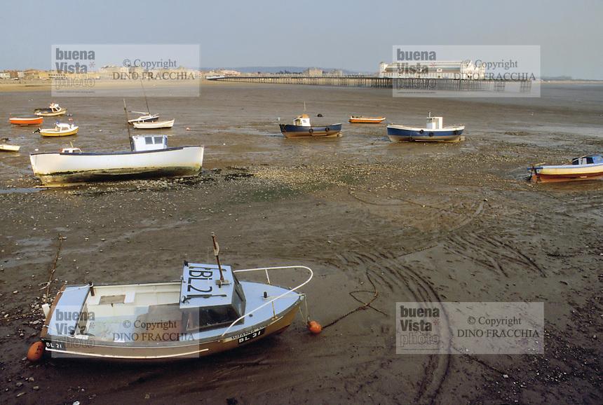 - the beach of Weston-super-Mare bathing town, on the southern coast, with the low tide ....- la spiaggia della città balneare di  Weston-super-Mare, sulla costa meridionale, con la bassa marea