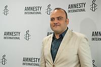 Pressegespraech zur Verleihung des 9. Amnesty Menschenrechtspreises am 16. April 2018 in Berlin.<br /> Amnesty International vergibt den Menschenrechtspreis 2018 an das Nadeem-Zentrum in Kairo als ein Zeichen gegen Folter in Aegypten.<br /> Stellvertretend fuer das Nadeem-Zentrum nahm der aegyptische Arzt und Menschenrechtsaktivist Taher Mukhtar (im Bild) entgegen, da die Betreiber des Zentrums nicht aus Aegypten ausreisen duerfen.<br /> 16.4.2018, Berlin<br /> Copyright: Christian-Ditsch.de<br /> [Inhaltsveraendernde Manipulation des Fotos nur nach ausdruecklicher Genehmigung des Fotografen. Vereinbarungen ueber Abtretung von Persoenlichkeitsrechten/Model Release der abgebildeten Person/Personen liegen nicht vor. NO MODEL RELEASE! Nur fuer Redaktionelle Zwecke. Don't publish without copyright Christian-Ditsch.de, Veroeffentlichung nur mit Fotografennennung, sowie gegen Honorar, MwSt. und Beleg. Konto: I N G - D i B a, IBAN DE58500105175400192269, BIC INGDDEFFXXX, Kontakt: post@christian-ditsch.de<br /> Bei der Bearbeitung der Dateiinformationen darf die Urheberkennzeichnung in den EXIF- und  IPTC-Daten nicht entfernt werden, diese sind in digitalen Medien nach §95c UrhG rechtlich geschuetzt. Der Urhebervermerk wird gemaess §13 UrhG verlangt.]