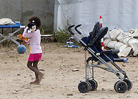 Una bambina nella tendopoli allestita per l'accoglienza dei migranti presso la stazione Tiburtina a Roma, 16 giugno 2015.<br />