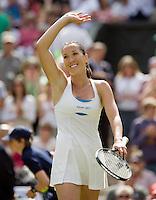 28-6-08, England, Wimbledon, Tennis,  Jelena Jankovic thanks the crowd
