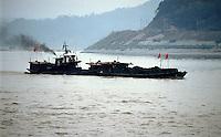 """Yangtze-Fluss in der Provinz Hubei / China<br /> Die chinesische Regierung plant in der Provinz Hubei den Yangtze-Fluss mit einem Staudamm zur Stromgewinnung aufzustauen. Dabei werden ca. 3 Millionen Menschen umgesiedelt.<br /> Hier: Ein Frachter mit Kohle auf dem Yangtze-Fluss am Eingang zum """"Drei Schluchten-Nationalpark"""".<br /> 1992, Provinz Hubei / China<br /> Copyright: Christian-Ditsch.de<br /> [Inhaltsveraendernde Manipulation des Fotos nur nach ausdruecklicher Genehmigung des Fotografen. Vereinbarungen ueber Abtretung von Persoenlichkeitsrechten/Model Release der abgebildeten Person/Personen liegen nicht vor. NO MODEL RELEASE! Nur fuer Redaktionelle Zwecke. Don't publish without copyright Christian-Ditsch.de, Veroeffentlichung nur mit Fotografennennung, sowie gegen Honorar, MwSt. und Beleg. Konto: I N G - D i B a, IBAN DE58500105175400192269, BIC INGDDEFFXXX, Kontakt: post@christian-ditsch.de<br /> Urhebervermerk wird gemaess Paragraph 13 UHG verlangt.]"""