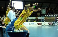 Handball Frauen / Damen  / women 1. Bundesliga - DHB - HC Leipzig : Frankfurter HC - im Bild: Mitfiebern auf der Bank - Natalie Augsburg springt auf . Foto: Norman Rembarz .