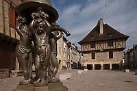 Europe/Europe/France/Midi-Pyrénées/46/Lot/Saint-Céré: Place du Mercadial, la Fontaine et la  Maison des Consuls