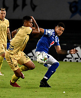 BOGOTA-COLOMBIA, 11-10-2020: Ayron del Valle de Millonarios y Jeisson Quiñones de Rionegro Aguilas Doradas disputan el balon, durante partido entre Millonarios y Rionegro Aguilas Doradas de la fecha 13 por la Liga BetPlay DIMAYOR 2020 jugado en el estadio Nemesio Camacho El Campin de la ciudad de Bogota. / Ayron del Valle of Millonarios and Jeisson Quiñones of Rionegro Aguilas Doradas figth for the ball, during a match between Millonarios and Rionegro Aguilas Doradas of the 13th date for the BetPlay DIMAYOR League 2020 played at the Nemesio Camacho El Campin Stadium in Bogota city. / Photo: VizzorImage / Luis Ramirez / Staff.