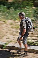 Europe/France/Languedoc-Roussillon/66/Pyrénées-Orientales/Conflent/Fontpédrouse: Le Train jaune de Cerdagne appelé le Train Jaune ou le Canari, car les véhicules arborent les couleurs catalanes, le jaune et le rouge. Randonneur à la gare de Fontpédrouse-Saint-Thomas-les-Bains
