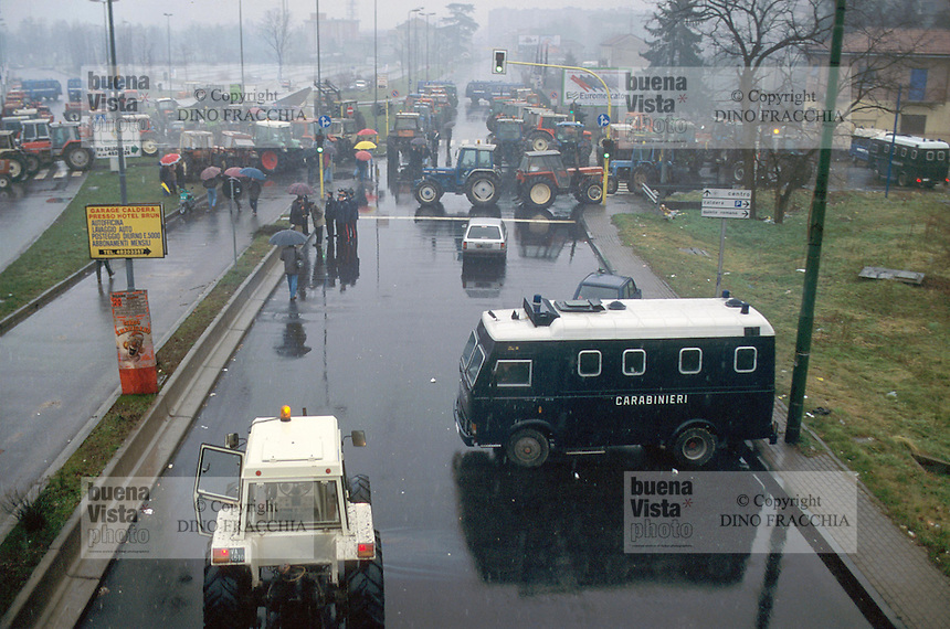 - farmers block avenue Forlanini in protest against fines for European milk quotas (January 1997)....- gli allevatori blioccano viale Forlanini in protesta contro le multe per le quote latte europee (gennaio 1997)
