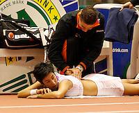 11-12-07, Netherlands, Rotterdam, Sky Radio Masters, Elise Tamaela wordt voor een rugblessure behandeld door fysiotherapeut Edwin Visser