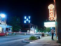 USA, Neuengland, Farnsworth Art Museum in Rockland, 01.09.2010<br /> <br /> Engl.: USA, New England, Rockland, Farnsworth Art Museum, neon advertising, night, street, 01 September 2010