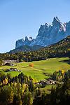 Italy, South Tyrol (Trentino-Alto Adige), Val di Funes, near San Pietro: farmhouses and mountains Gruppo delle Odle at Puez-Geisler Nature Park | Italien, Suedtirol (Trentino-Alto Adige), Villnoesstal: Bauernhoefe bei St. Peter vor der Geislergruppe im Naturpark Puez-Geisler