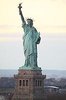 Blick auf die Statue of Liberty/Freiheitsstatue auf Liberty Island bei Sonnenuntergang