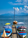 Deutschland, Oberbayern, Chiemgau, Gstadt am Chiemsee: Bootsvermietung, im Hintergrund die Chiemgauer Alpen | Germany, Upper Bavaria, Chiemgau, Gstadt: boat rental at lake Chiemsee, at background Chiemgau Alps