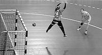 EHF Champions League Handball Damen / Frauen / Women - HC Leipzig HCL : SD Itxako Estella (spain) - Arena Leipzig - Gruppenphase Champions League - im Bild: Louise Lyksborg im Angriff schwarzweiß sw s/w black white monochrom. Foto: Norman Rembarz .