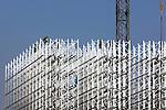 UTRECHT - Op het Utrechtse bedrijventerrein werken een groep van ongeveer 20 Polen aan de opbouw van het aluminium frame van een nieuw distributiecentrum voor de Hema. Het door bouwbedrijf Van de Ven uit Veghel te bouwen complex wordt ruim dertig meter hoog en meer dan honderd meter lang en gaat ruimte bieden voor 300 miljoen produkten. In de het gebouw dat 25 miljoen euro gaat kosten, worden van 2008 de zgn push-artikelen (vooral actie- en seizoensartikelen) geheel geautomatiseerd opgeslagen en verdeeld. COPYRIGHT TON BORSBOOM