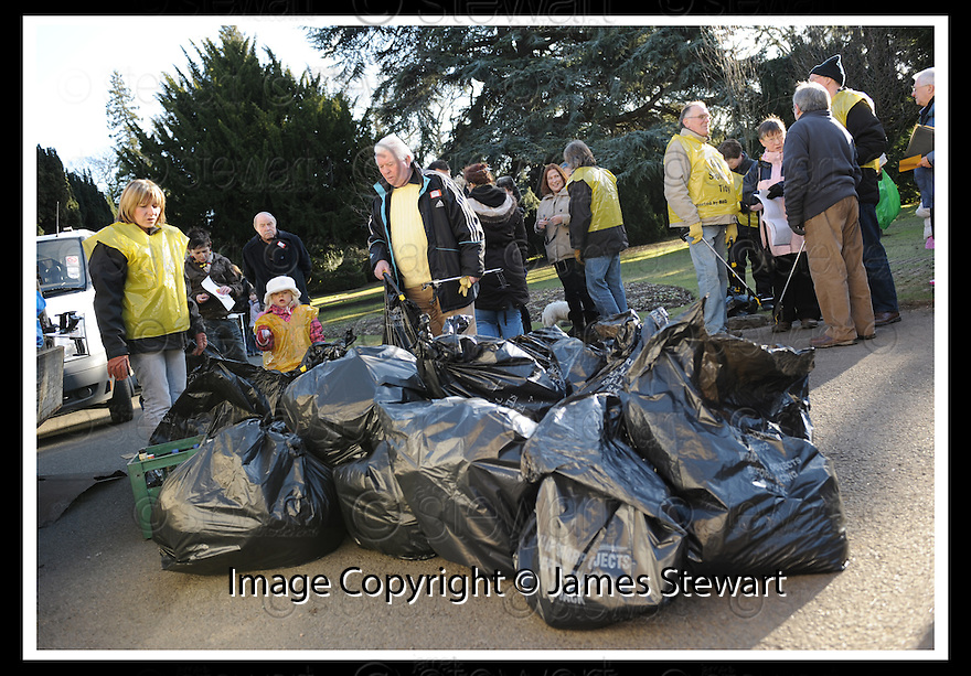 """01/02/2010  Copyright  Pic : James Stewart.24_dollar_park  .::  """" FRIENDS OF DOLLAR PARK """" LITTER PICK : SUNDAY 31ST JANUARY 2010 :: .James Stewart Photography 19 Carronlea Drive, Falkirk. FK2 8DN      Vat Reg No. 607 6932 25.Telephone      : +44 (0)1324 570291 .Mobile              : +44 (0)7721 416997.E-mail  :  jim@jspa.co.uk.If you require further information then contact Jim Stewart on any of the numbers above........."""
