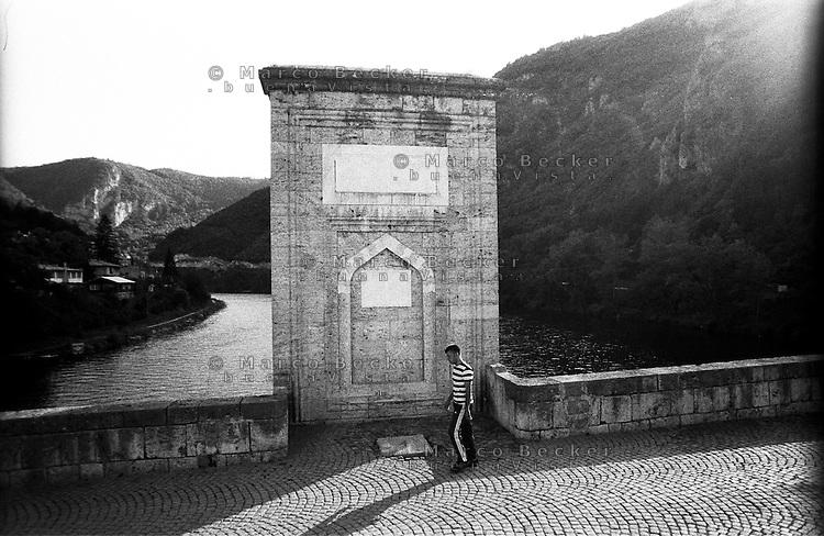 Višegrad, il ponte sulla Drina Mehmed Paša Sokolović, di epoca ottomana. La stele --- Višegrad, the Ottoman - era bridge Mehmed Paša Sokolović over the Drina. The center pile