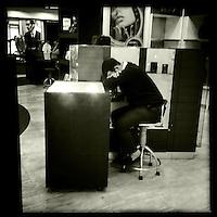 Mitarbeiter eines Duty Free-Shops auf dem Flughafen von Kairo morgens um 6 Uhr.<br /> 20.12.2014, Kairo/Aegypten<br /> Copyright: Christian-Ditsch.de<br /> [Inhaltsveraendernde Manipulation des Fotos nur nach ausdruecklicher Genehmigung des Fotografen. Vereinbarungen ueber Abtretung von Persoenlichkeitsrechten/Model Release der abgebildeten Person/Personen liegen nicht vor. NO MODEL RELEASE! Nur fuer Redaktionelle Zwecke. Don't publish without copyright Christian-Ditsch.de, Veroeffentlichung nur mit Fotografennennung, sowie gegen Honorar, MwSt. und Beleg. Konto: I N G - D i B a, IBAN DE58500105175400192269, BIC INGDDEFFXXX, Kontakt: post@christian-ditsch.de<br /> Bei der Bearbeitung der Dateiinformationen darf die Urheberkennzeichnung in den EXIF- und  IPTC-Daten nicht entfernt werden, diese sind in digitalen Medien nach §95c UrhG rechtlich geschuetzt. Der Urhebervermerk wird gemaess §13 UrhG verlangt.]
