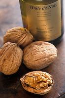 Europe/France/Midi-Pyrénées/46/Lot/Causse de Martel/Env Martel: Huile de noix au moulin à huile de noix de Mr Castagné