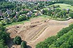 Foto: VidiPhoto<br /> <br /> ZETTEN – In Zetten langs de Heldringstraat wordt woensdag gewerkt aan de aanleg van een openbaar park. Het is de afronding van de villawijk Domein aan de Linge, in de volksmond beter bekend als Plan Pouwer. De eerste villa's in Engelse stijl werden in 2001 opgeleverd. Aan de noordrand is plek voor nogeens drie villa's en een park met geul, kruidenrijk grasland, hoogstamfruit, wandelpaden en een picknickplek.