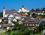 Oesterreich, Oberoesterreich, Muehlviertel, Kefermarkt: mit Schloss Weinberg und Pfarrkirche | Austria, Upper Austria, Muehlviertel, Kefermarkt: with castle Weinberg and parish church
