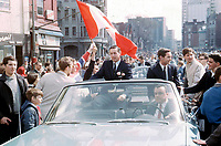 Jean BŽliveau, Robert Rousseau et la foule prs du bouilevard Saint-Laurent, 9 mai 1966,