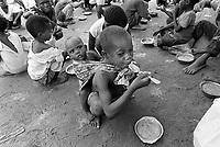 - Mozambique 1993, meal distribution by an humanitarian organization to the poor or war orphan childrens<br /> <br /> - Mozambico 1993, distribuzione del pasto da parte di una organizzazione umanitaria ai bambini poveri o orfani di guerra