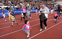 Nederland - Amsterdam - 2018. De Marathon van Amsterdam. Finish van de Kids Run in het Olympisch Stadion. Enkele familieleden rennen mee.  Foto mag niet in negatieve / schadelijke context gepubliceerd worden.   Foto Berlinda van Dam / Hollandse Hoogte