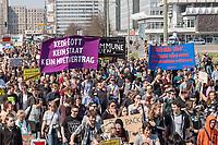 """Demonstration des Buendnis """"#Mietenwahnsinn"""" mit mehr als 15.000 Menschen am Samstag den 6. April 2019 in Berlin gegen steigende Mieten und Verdraengung.<br /> Die Demonstration und dazugehoerige Aktionstage sind ein Gemeinschaftsprojekt von ueber 280 mieten- und stadtpolitischen Gruppen, Vereinen, Verbaenden, sozialen Einrichtungen und vielen weiteren Organisationen aus dem ganzen Bundesgebiet.<br /> Demonstrationen und Aktionen fanden bundesweit in 24 Staedten und europaweit in Spanien, Niederlande, Italien, Belgien, Ungarn, Romaenien, Irland, Portugal, Gross Britannien, Zypern, Mallorca, Frankreich statt.<br /> Zeitgleich startete die Unterschriftensammlung fuer ein Volksbegehren zur Enteignung von Immobilienkonzernen wie Deutsche Wohnen, Akelius, Vonovia und anderen Firmen, die mehr als 3.000 Mietwohnungen besitzen.<br /> 6.4.2019, Berlin<br /> Copyright: Christian-Ditsch.de<br /> [Inhaltsveraendernde Manipulation des Fotos nur nach ausdruecklicher Genehmigung des Fotografen. Vereinbarungen ueber Abtretung von Persoenlichkeitsrechten/Model Release der abgebildeten Person/Personen liegen nicht vor. NO MODEL RELEASE! Nur fuer Redaktionelle Zwecke. Don't publish without copyright Christian-Ditsch.de, Veroeffentlichung nur mit Fotografennennung, sowie gegen Honorar, MwSt. und Beleg. Konto: I N G - D i B a, IBAN DE58500105175400192269, BIC INGDDEFFXXX, Kontakt: post@christian-ditsch.de<br /> Bei der Bearbeitung der Dateiinformationen darf die Urheberkennzeichnung in den EXIF- und  IPTC-Daten nicht entfernt werden, diese sind in digitalen Medien nach §95c UrhG rechtlich geschuetzt. Der Urhebervermerk wird gemaess §13 UrhG verlangt.]"""