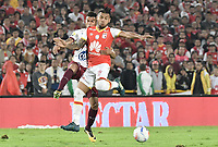 BOGOTÁ - COLOMBIA, 09-12-2017: Wilson Morelo (Der.) jugador de Santa Fe disputa el balón con Juan Guillermo Arboleda (Izq.) jugador del Tolima durante el encuentro entre Independiente Santa Fe y Deportes Tolima por la semifinal vuelta de la Liga Aguila II 2017 jugado en el estadio Nemesio Camacho El Campin de la ciudad de Bogotá. / Wilson Morelo (R) player of Santa Fe struggles for the ball with Juan Guillermo Arboleda (L) player of Tolima during match between Independiente Santa Fe and Deportes Tolima for the second leg semifinal of the Aguila League II 2017 played at the Nemesio Camacho El Campin Stadium in Bogota city. Photo: VizzorImage/ Gabriel Aponte / Staff