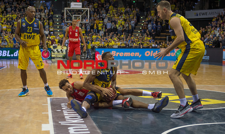 01.12.2019, EWE Arena, Oldenburg, GER, easy Credit-BBL, EWE Baskets Oldenburg vs Brose Bamberg, im Bild<br /> kampf um den Ball Justin SEARS (EWE Baskets Oldenburg #5 ) Elias HARRIS (Brose Bamberg #20 ) Rickey PAULDING (EWE Baskets Oldenburg #23 ) Philipp SCHWETHELM (EWE Baskets Oldenburg #33 )<br /> Foto © nordphoto / Rojahn