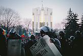 Präsidentengebäude im Hintergrund. Zehntausende demonstrieren gegen die neue Regierung in Chisinau, Republik Moldau. / <br />Presidency building in the background. Tens of thousands protest against the new government in Chisinau, Republic of Moldova.
