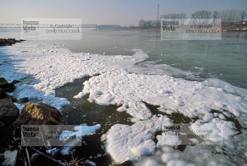 - Po river, water pollution....- fiume Po, inquinamento dell'acqua