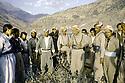 Irak 1985  Dans les zones libérées, région de Lolan, Dr Said Barzani avec ses peshmergas   Iraq 1985.In liberated areas, Lolan district, Dr. Said Barzani and his peshmergas