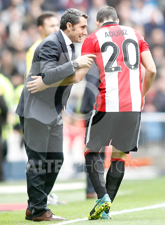 Athletic de Bilbao's coach Ernesto Valverde and Aritz Aduriz during La Liga match. February 13,2016. (ALTERPHOTOS/Acero)