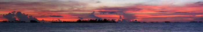 Dulenega | Indígenas guna / amanecer en la comarca de Guna Yala, Panamá.<br /> <br /> Panorámica de 5 fotografías / Panoramic image of 5 photographs<br /> <br /> Edición de 3 | Víctor Santamaría.